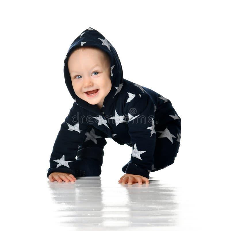 Il bambino sorridente striscia isolato su bianco immagini stock