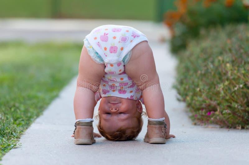Il bambino sta giocando appena sulla via fotografia stock