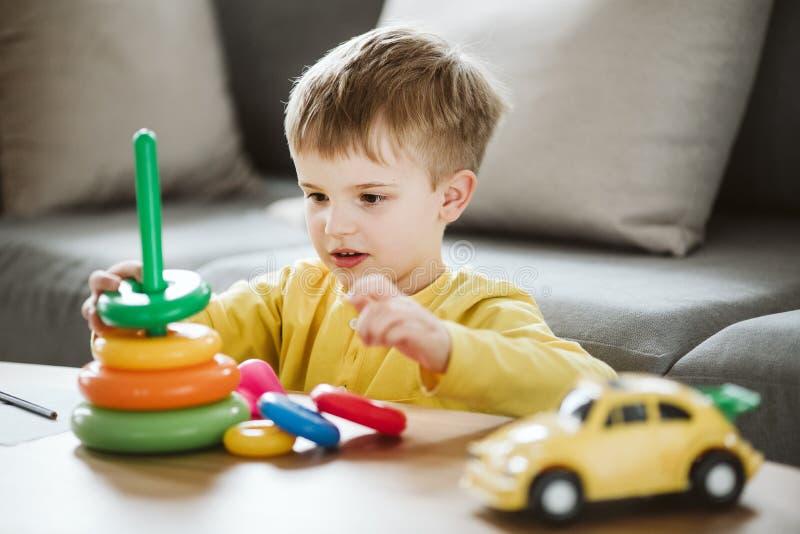 Il bambino sta imparando le abilità che non vengono naturalmente a causa di ADHD, come l'ascolto e prestare attenzione meglio fotografie stock