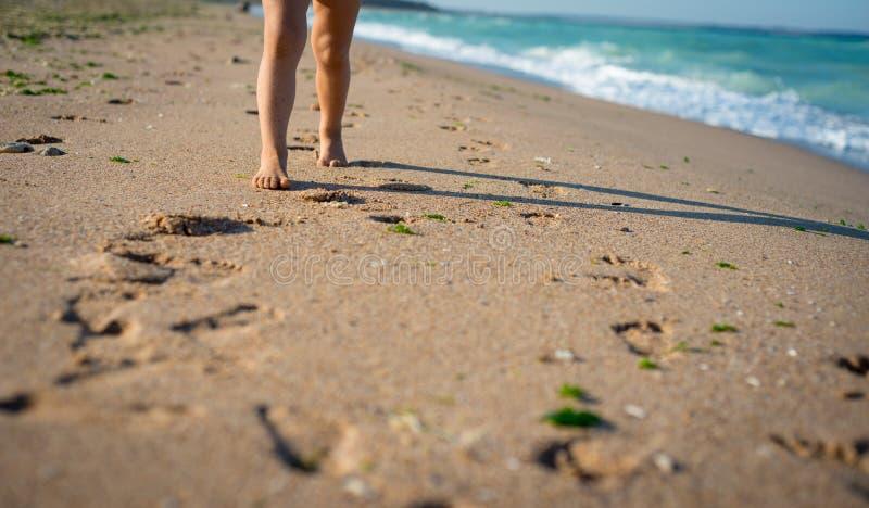 Il bambino sta saltando sulla spiaggia Sabbia e mare in Bulgaria fotografia stock
