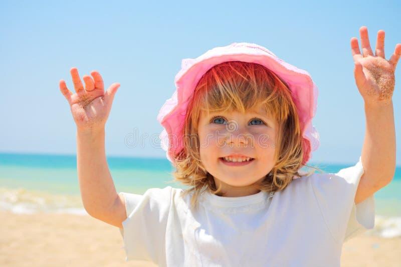 Il bambino su una spiaggia fotografia stock libera da diritti