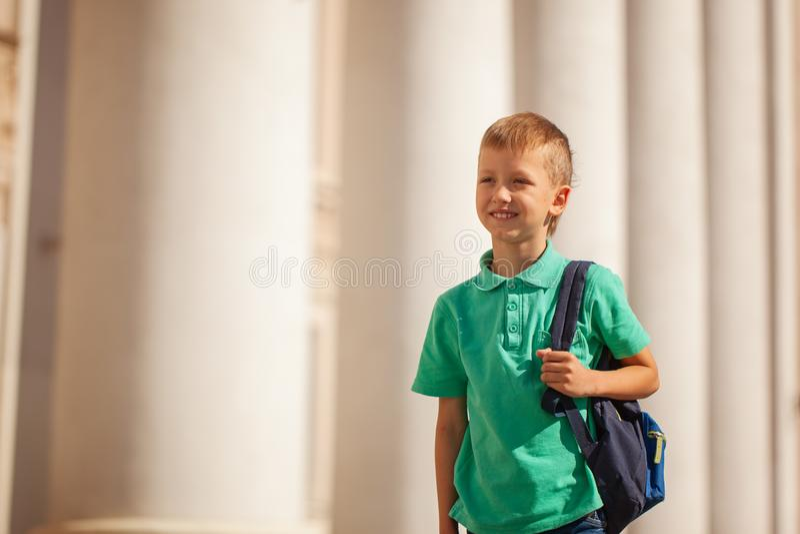 Il bambino sveglio con lo Zaino va a scuola Ragazzo con backpak fotografie stock