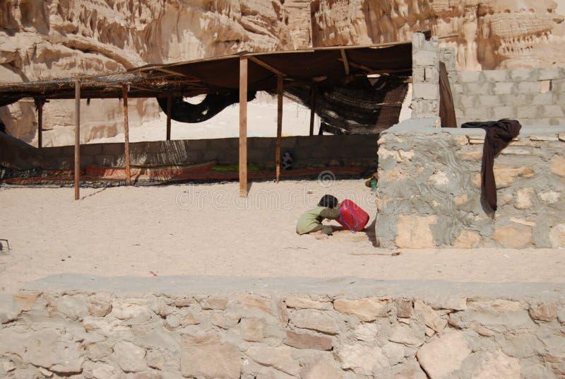 Il bambino un bedouin beve l'acqua fotografia stock libera da diritti