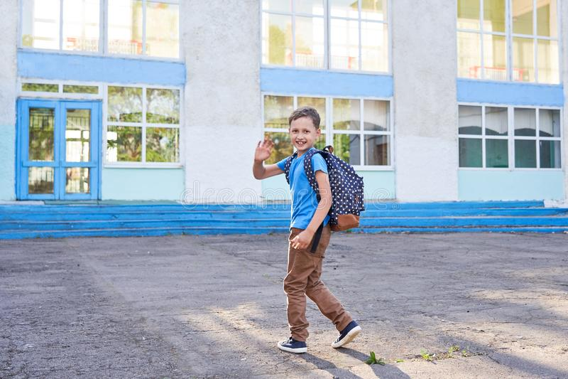Il bambino va a scuola ragazzino va a scuola la mattina fotografie stock libere da diritti