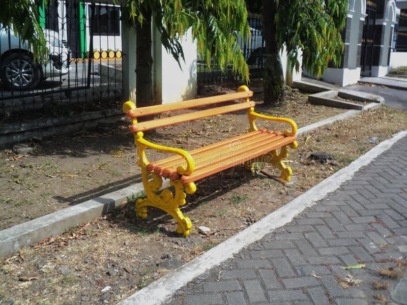 il banco aspettante dal lato della strada è giallo fotografia stock