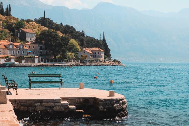 Il banco con una vista magnifica della baia e delle montagne di Cattaro in Perast, Montenegro fotografia stock
