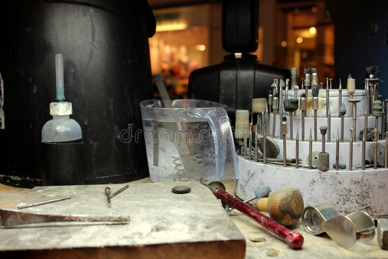 Il banco del gioielliere con gli archivi e la lente di ingrandimento immagine stock libera da diritti