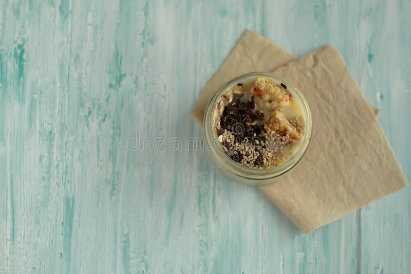Il barattolo del frullato della prima colazione ha completato con cioccolato, muesli fotografia stock libera da diritti