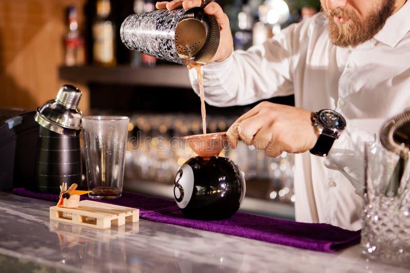 Il barista del barista sta versando una bevanda immagini stock libere da diritti