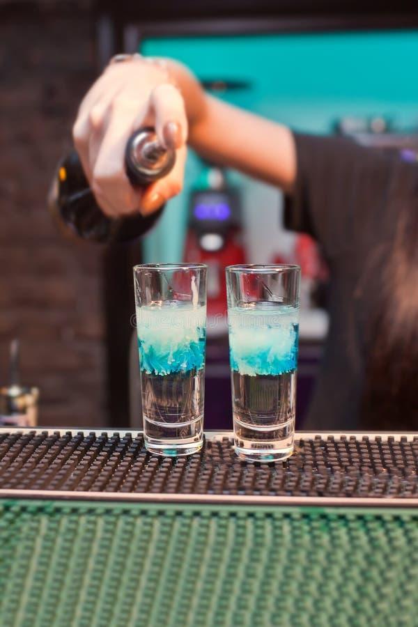 Il barista della ragazza prepara le nuvole dei cocktail fotografia stock libera da diritti