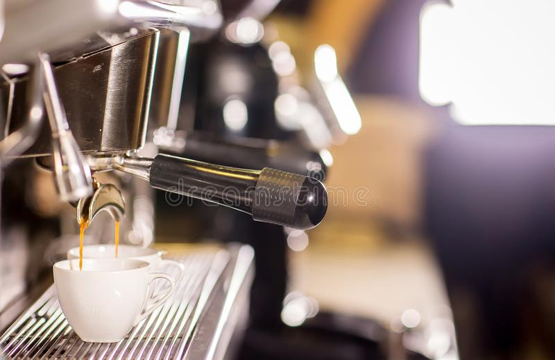 Il barista fa il colpo del caffè espresso del caffè scorrendo la macchina nella barra del self-service del caffè immagine stock libera da diritti