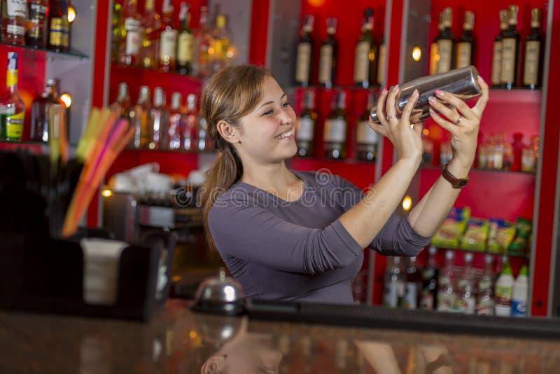 Il barista fa il cocktail immagine stock