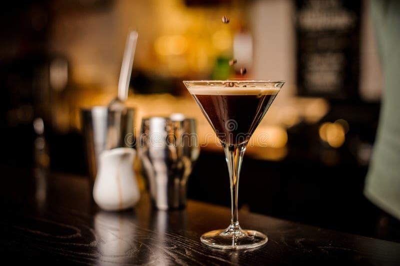 Il barista ha decorato il chicco di caffè bianco della schiuma della bevanda del cocktail del caffè espresso immagine stock libera da diritti