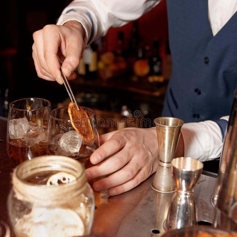 Il barista lavora al contatore della barra fotografie stock libere da diritti