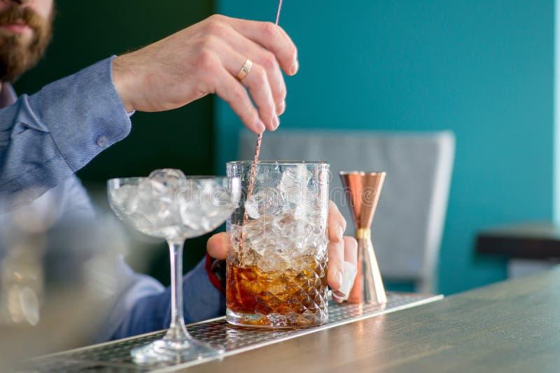 Il barista prepara un cocktail immagini stock