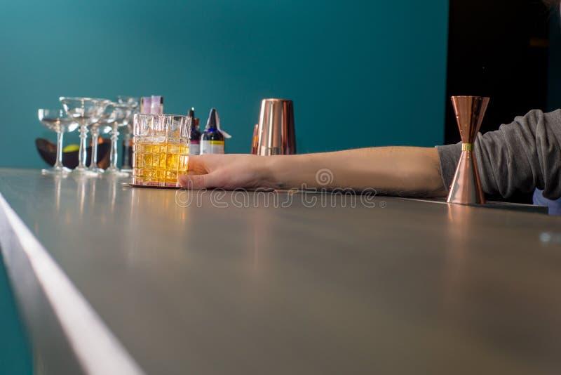 Il barista prepara un cocktail immagine stock libera da diritti