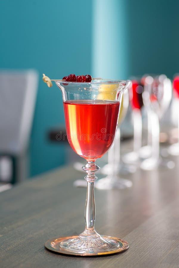 Il barista prepara un cocktail immagine stock