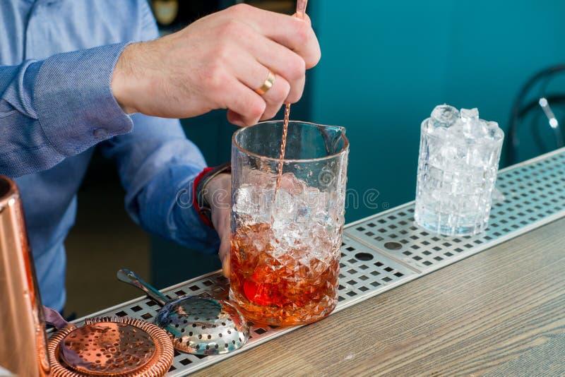 Il barista prepara un cocktail fotografie stock libere da diritti