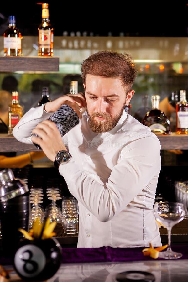 Il barista prepara un cocktail nel salotto immagine stock libera da diritti