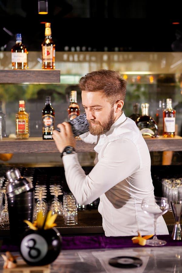 Il barista prepara un cocktail nel salotto fotografie stock libere da diritti