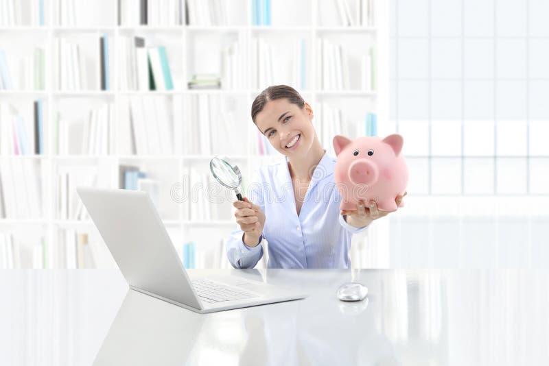 Il basso costo ed il risparmio cercano il concetto, donna sorridente che lavora a fuori fotografia stock libera da diritti