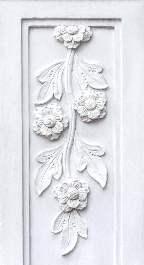 il bassorilievo dei fiori bianchi fa da gesso fotografie stock