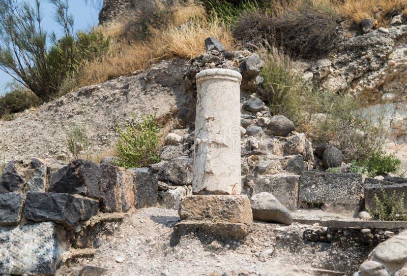 Il bassorilievo dell'incrocio sul resti della colonna in rovine di Kursi - un grande monastero del VIII secolo bizantino sulle ri fotografia stock