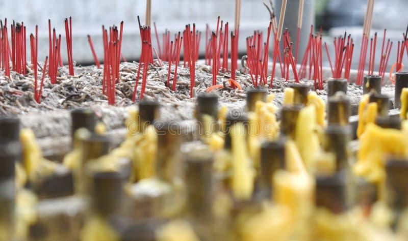 Il bastoncino d'incenso e la candela per pregano il rispetto a Buddha immagine stock libera da diritti
