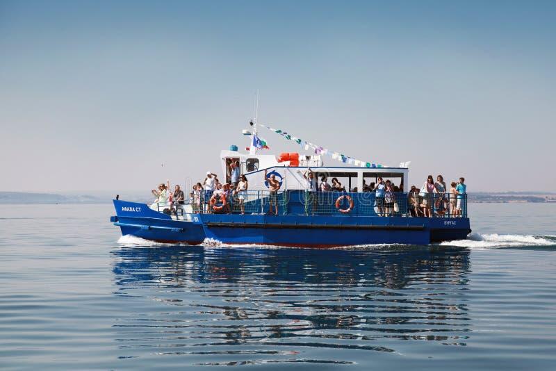 Il battello da diporto con i turisti va su Mar Nero nella baia di Burgas fotografie stock