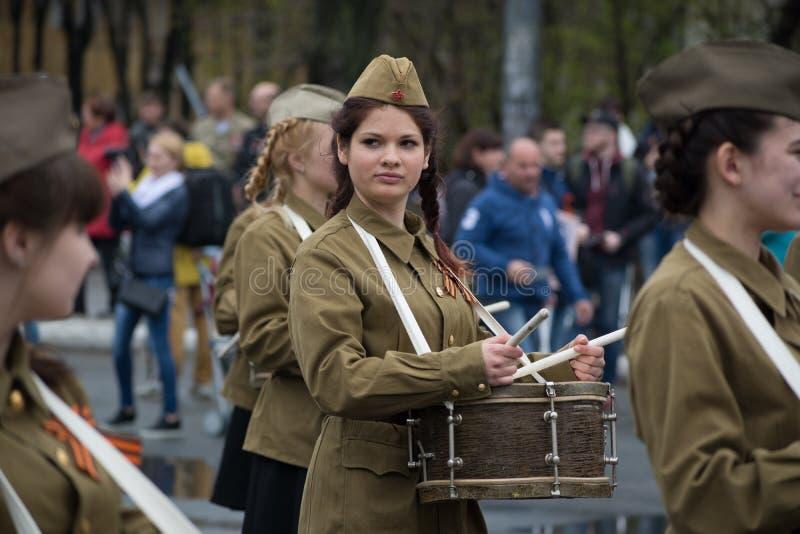 Il batterista della ragazza nell'uniforme sovietica del ` s del soldato fotografie stock libere da diritti