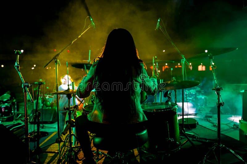 Il batterista durante il concerto in tensione fotografia stock
