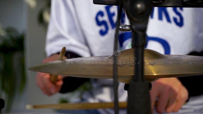 Il batterista nell'azione Cose su gioco trattato su uno strumento musicale clip Un piatto dell'insieme del tamburo Primo piano Ma fotografie stock