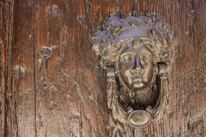 Il battitore di porta sotto forma di testa del ` s della ragazza con l'uva va sulla a fotografia stock