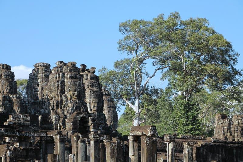 Il Bayon è un tempio khmer pienamente decorato a Angkor in Cambogia immagini stock