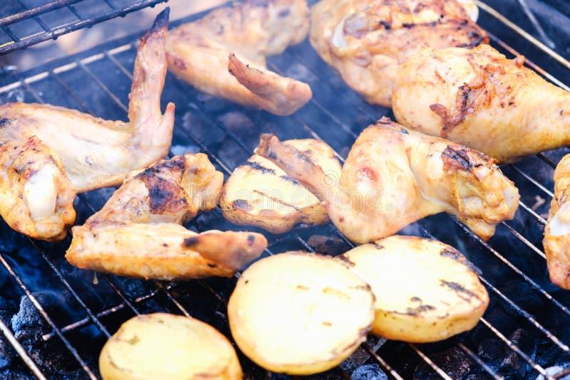 Il bbq del barbecue di aria aperta che griglia la patata, ha marinato immagini stock libere da diritti