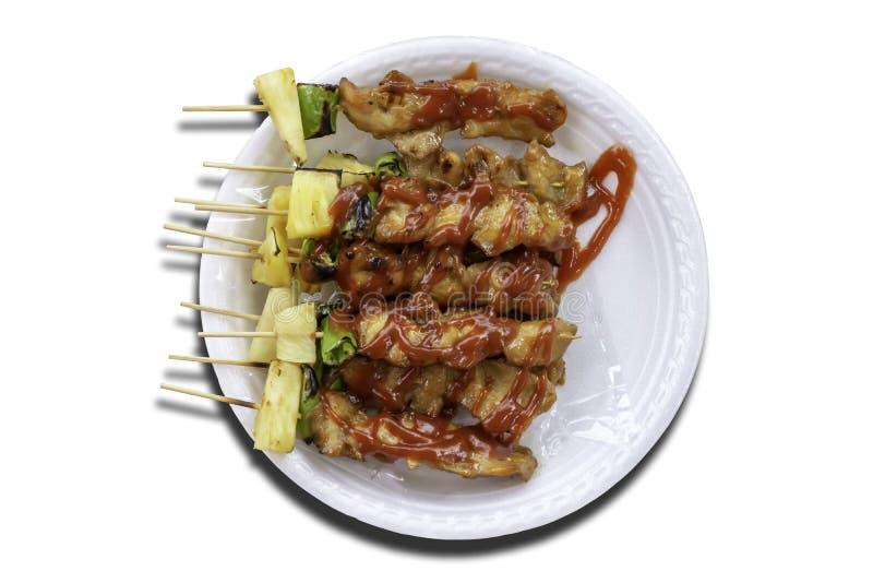 Il BBQ isolato ha grigliato il pollo con le verdure e le salse al pomodoro su un fondo bianco con il percorso di ritaglio fotografia stock
