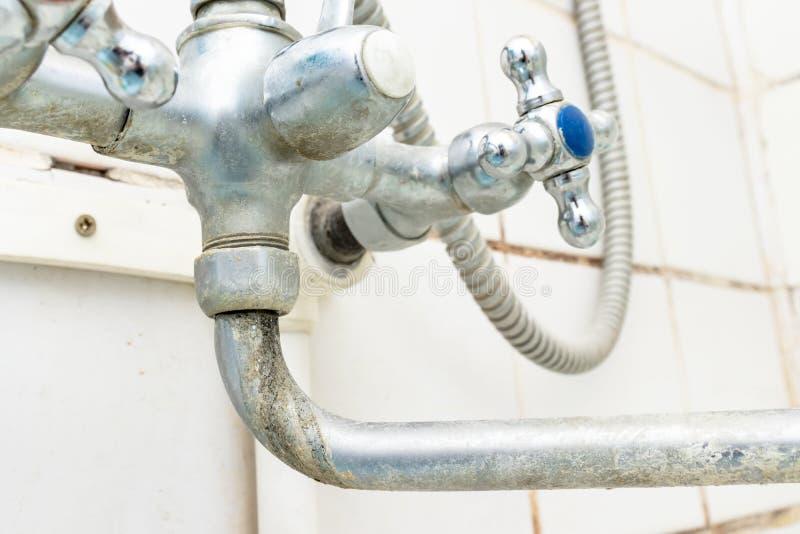 Il becco estremamente sporco del rubinetto di acqua con la fine della ruggine e del limescale su, dettaglio calcificato del rubin immagini stock libere da diritti
