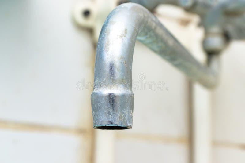 Il becco estremamente sporco del rubinetto di acqua con la fine della ruggine e del limescale su, dettaglio calcificato del rubin fotografia stock libera da diritti