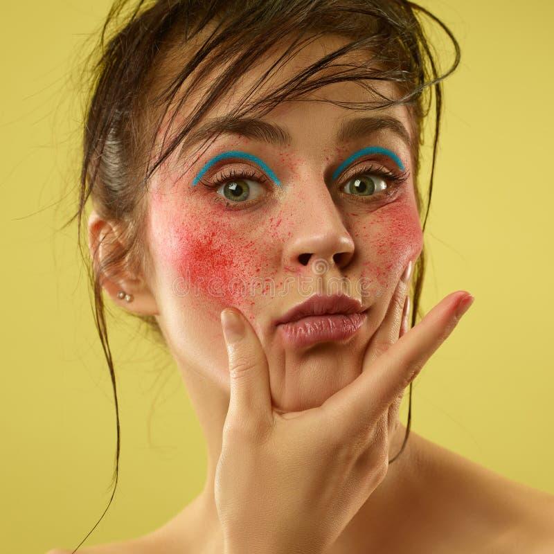 Il bei fronte femminile con pelle perfetta e luminosi compongono immagine stock libera da diritti