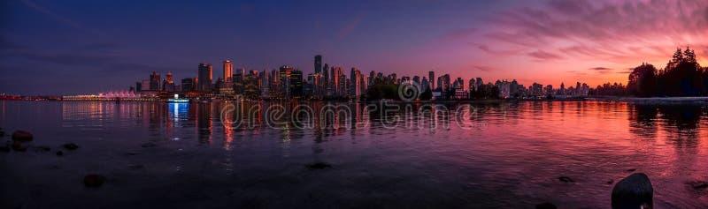 Il bei orizzonte e porto di Vancouver con il tramonto idilliaco emettono luce, BC, il Canada fotografie stock libere da diritti
