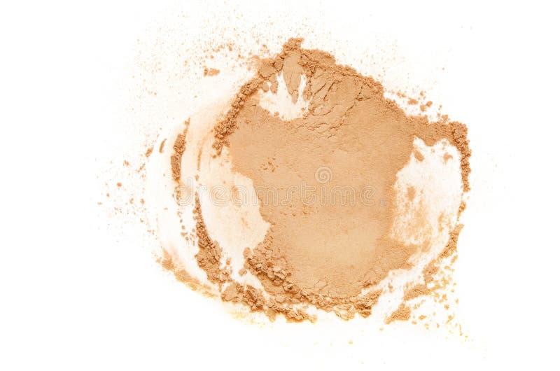 Il beige ha schiantato la cipria per trucco come campione del prodotto cosmetico, isolato su fondo bianco fotografia stock libera da diritti