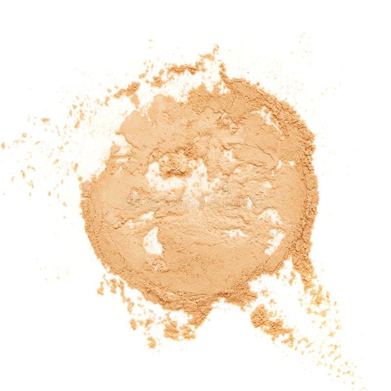 Il beige ha schiantato la cipria per trucco come campione del prodotto cosmetico, isolato su fondo bianco immagine stock