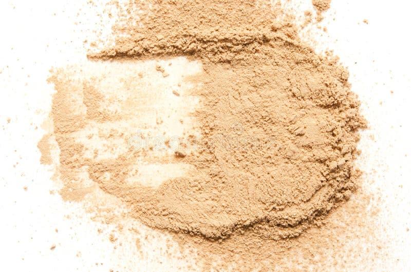 Il beige ha schiantato la cipria per trucco come campione del prodotto cosmetico, isolato su fondo bianco fotografie stock libere da diritti