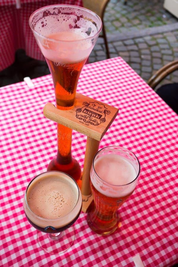 IL BELGIO, BRUXELLES - CIRCA GIUGNO 2014: specie differenti di birra fiamminga fotografia stock