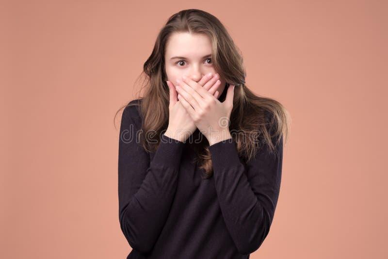 Il bello adolescente domandato loquace chiude le coperture dice fotografia stock