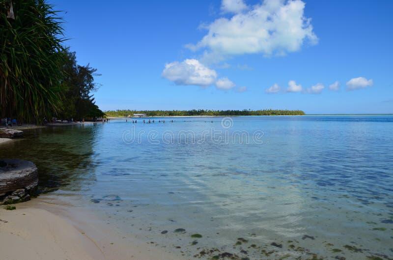 Il bello atollo di smazzamento dell'isola immagine stock