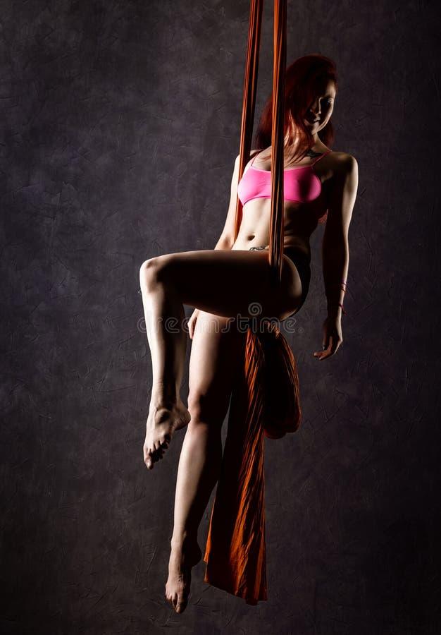 Il bello ballerino sexy su seta aerea, la distorsione graziosa, acrobata esegue un trucco sull'nastri immagine stock libera da diritti