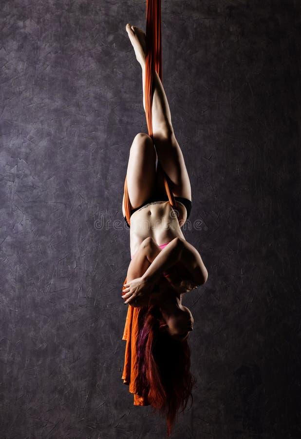 Il bello ballerino sexy su seta aerea, la distorsione graziosa, acrobata esegue un trucco sull'nastri immagini stock libere da diritti