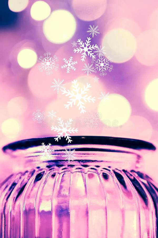 Il bello bokeh vago si accende con i fiocchi di neve di caduta ed il barattolo di vetro fotografia stock libera da diritti