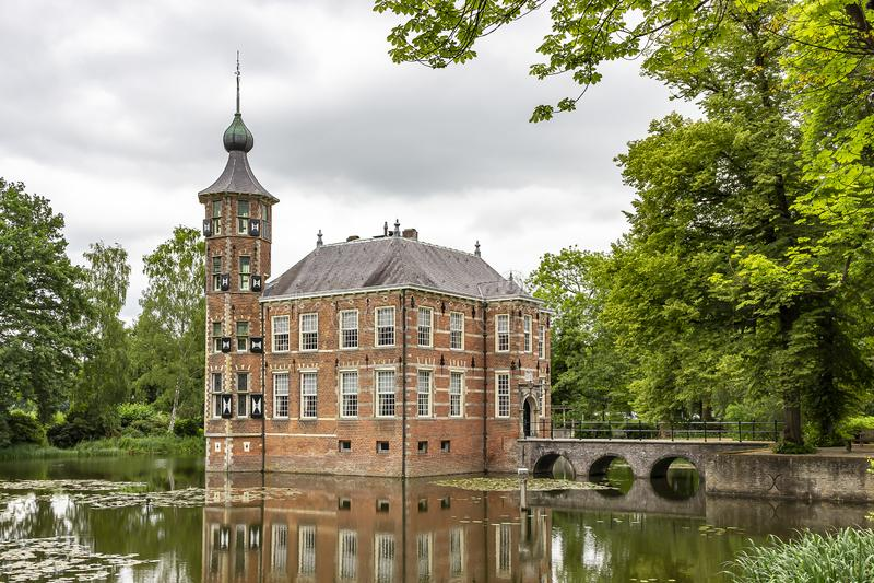 Il bello castello Bouvigne vicino a Breda ha fotografato dal lato della via, Paesi Bassi fotografia stock libera da diritti